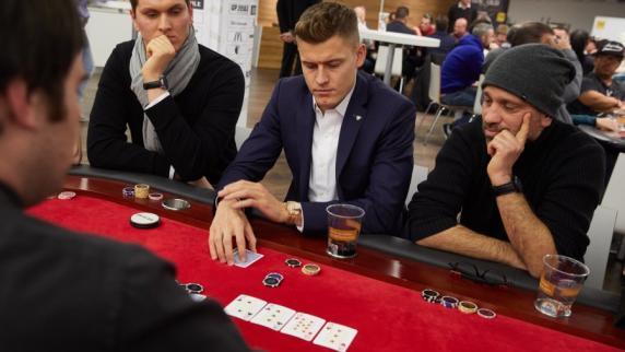FC Augsburg: Alfred Finnbogason hat auch am Pokertisch Pech