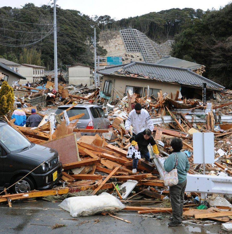 Japan: Erdbeben: Tsunami reißt zwei Züge mit sich - Promis ...