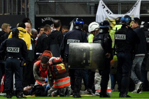 Tribüne stürzt während Spiel ein - viele Verletzte