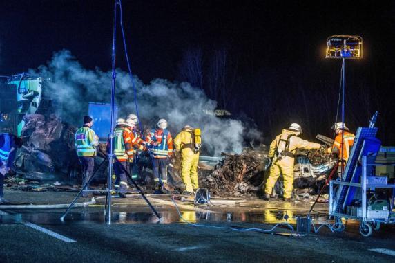 Auto rast auf der A6 ins Ende eines Schwertransports - zwei Tote