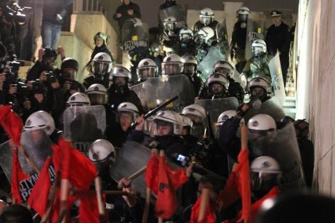 Zwischen Polizisten und Unterstützern der Kommunistischen Gewerkschaft PAME kommt es