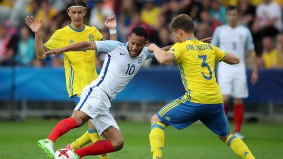 Englands Lewis Baker kämpft gegen zwei Schweden um den