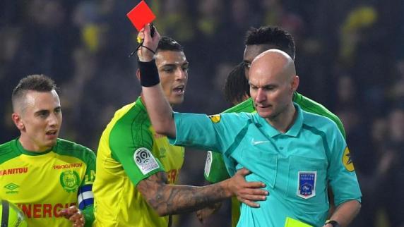 Sperre für Skandal-Schiedsrichter nach Tritt gegen Spieler