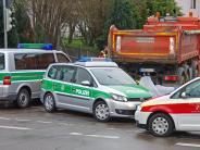 Unfall: Fußgängerin wird von Lkw überrollt und stirbt