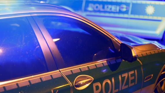 Polizei Augsburg: Nach Auffahrunfall - LKW durchbricht Betongleitwand