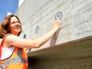 A8: Diese Frau arbeitet im Verborgenen an der Autobahn