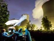 Gundremmingen: Kühlturm angestrahlt: Aktivisten fordernAKW-Abschaltung