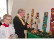 Kirche: Kinder schnitzen Weihwasserkessel