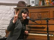 DIY-Künstlerin: Roxanne de Bastion:Englische Sängerin mit Berliner Wurzeln