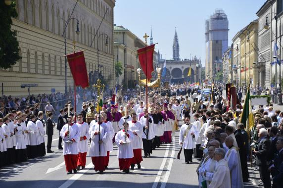 Gottesdienst und Prozession zum Fronleichnamsfest in München