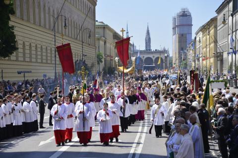 Gottesdienst und Prozession zum Fronleichnamsfest in München class=