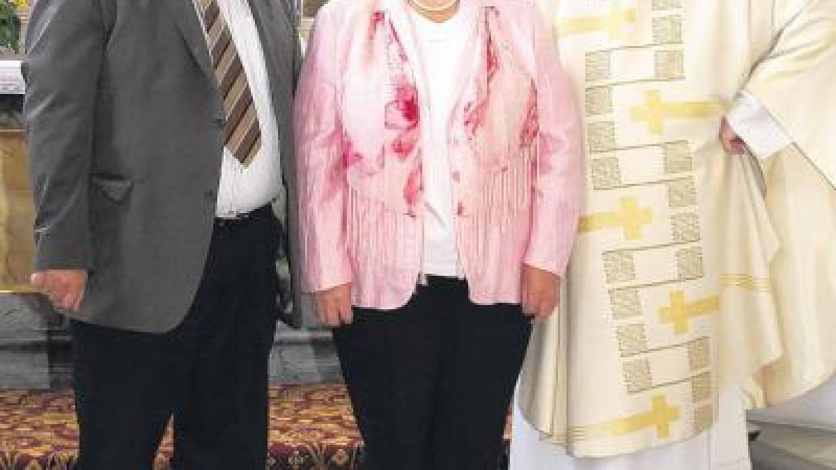 Frauenbund stiftet Teppich für Altar  Nachrichten