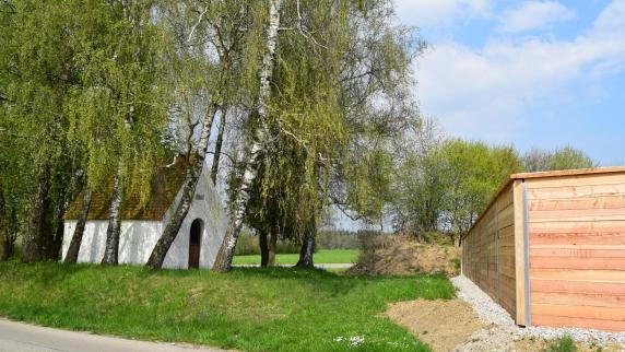 Geltendorf: Lärmschutz: Holzwand schneidet Pestkapelle von Dorf ab