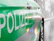 Landkreis Landsberg: Winterglatte Fahrbahn: Auto schleudert gegen einen Baum