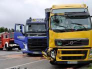 Unfall bei Igling: Lastwagen stoßen zusammen