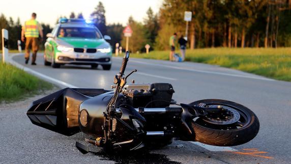 Motorradfahrer prallt gegen Anhänger: schwer verletzt