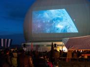 Raisting: Das Radom als Kinoleinwand