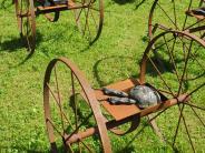 St. Ottilien: Fuhrwerke aus Metall im Klostergarten