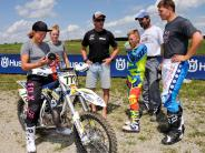 Prominenz in Reichling: Biathletin Laura Dahlmeier fährt Motocross