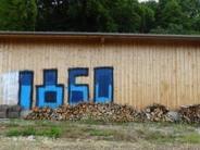 Beuern bei Greifenberg: Löwenfansbesprühen einen Holzstadel