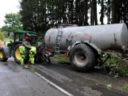 Fuchstal: Missglücktes Überholmanöver: Auto stößt Güllefass um