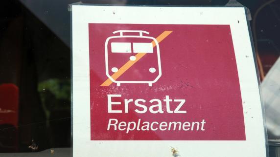 Bahnstrecke stundenlang gesperrt: 15-Jährige nach Party spurlos verschwunden
