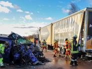 Unfall: Auto fährt auf defekten Sattelzug