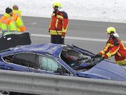 Unfall: B17: Auto überschlägt sich auf Böschung