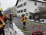 Utting: Holzstapel geht in Flammen auf