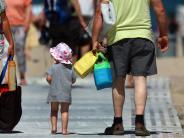 Familie: Schlafsack bis Strandmuschel: Hitze-Tipps für Eltern