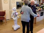Leichte Sprache: Roboter singt und tanzt mit alten Leuten