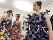 Schau in Kiew: Pistolen zum Anziehen: Designerin zeigt Recycling-Mode