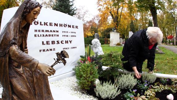 Allerheiligen & Allerseelen: Die letzten Handgriffe zur Grabpflege