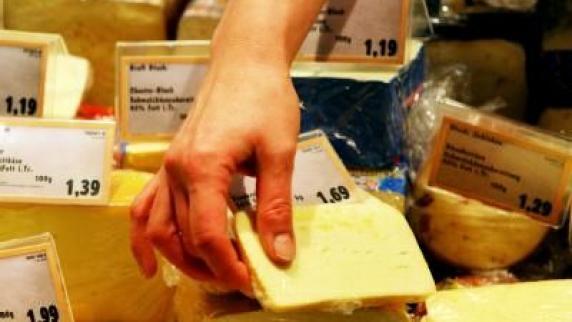 Vier deutsche sind an bakterien-käse erkrankt. archivbild: dpa