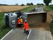 Illertissen/Ulm: Lastwagen kippt um, Fahrer stirbt