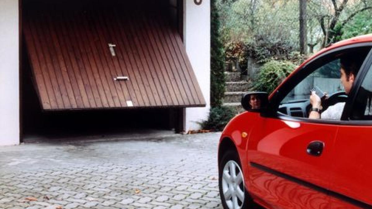 elektrisches garagentor wenn sich das garagentor wie von. Black Bedroom Furniture Sets. Home Design Ideas