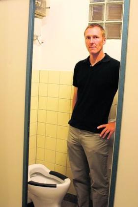 undichte toiletten fu ballern stinkts lokales augsburg augsburger allgemeine. Black Bedroom Furniture Sets. Home Design Ideas