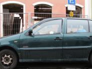 Entsorgung in Mindelheim,: Schrottauto blockiert seit Wochen Parkplatz in Mindelheim
