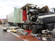 Unfall: Sekundenschlaf? 40-Tonner kracht in Lkw