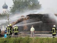 Großeinsatz in Hausen: 100 Feuerwehrleute löschen brennendes Stroh