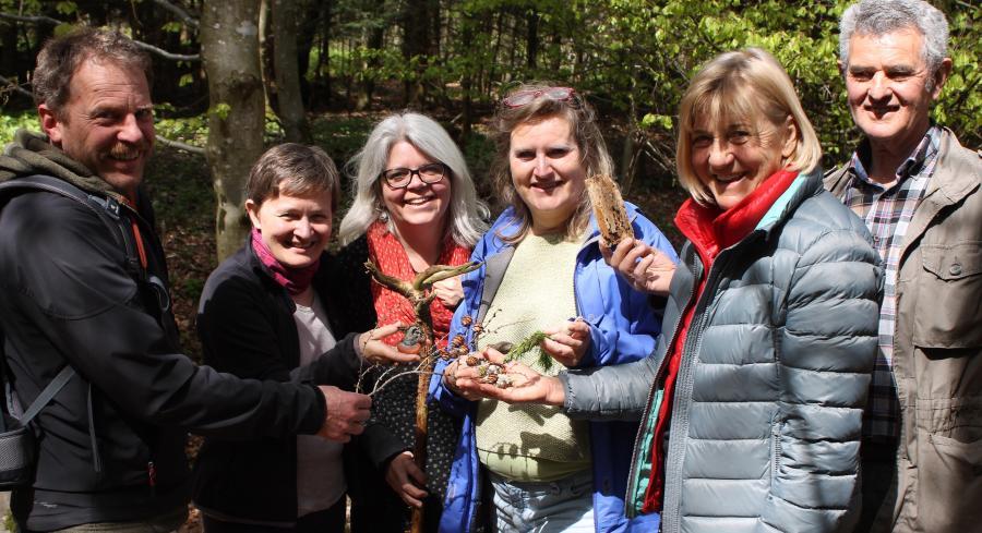 Nicht nur Andenken haben die Teilnehmer gesammelt, sondern auch viele neue Eindrücke aus dem Wald mitgenommen. Von links: Klemens Funk, Gabriele Leonardy, Manuela Klein-Reiber, Karin Rimbacher und Anneliese und Xaver Grimm.
