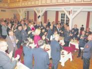 Feier: Applaus für den Ehrenkreisbrandrat