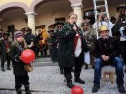 Rathaussturm in Weißenhorn: Bürgermeister kapituliert vor Narren - Kinder stürmen auf die Straßen