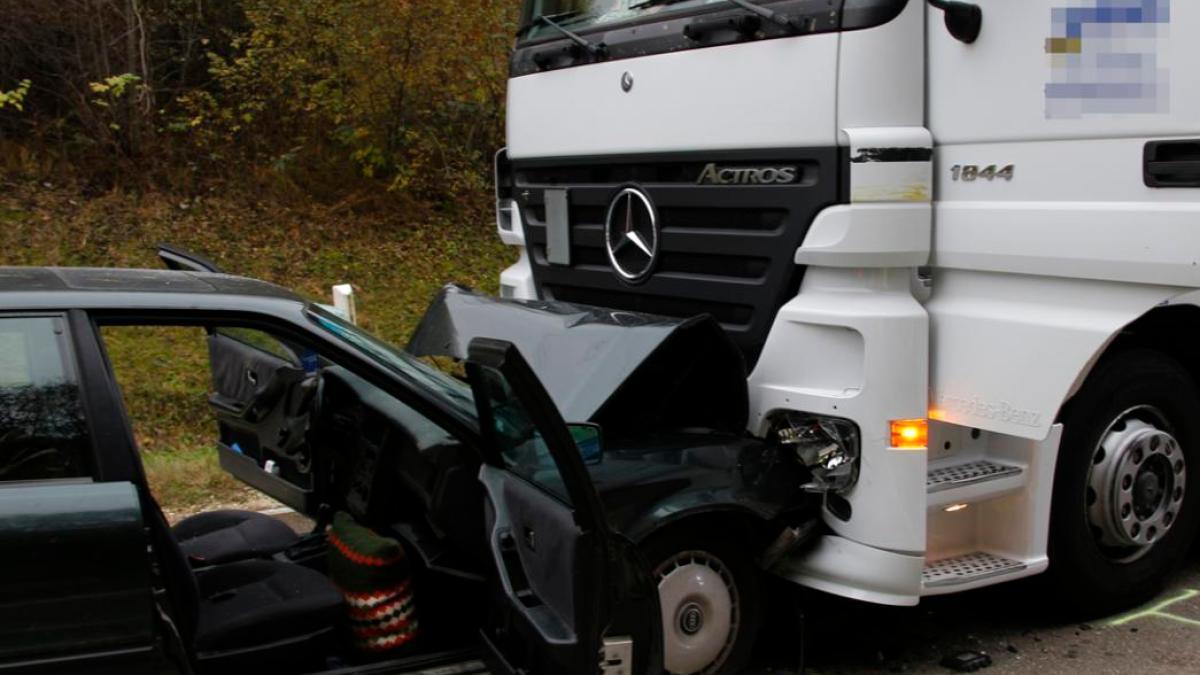 landkreis neu ulm auto prallt frontal gegen lastwagen. Black Bedroom Furniture Sets. Home Design Ideas
