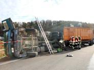 Nersingen/Neu-Ulm: Unfall auf der B10: Lastwagen kippt um