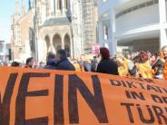 Ulm: Erdogan-Gegner demonstrieren auf dem Münsterplatz