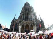 Ulm: 400 Menschen tanzen auf dem den Münsterplatz in den Mai