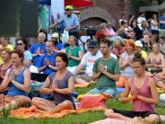 Welt Yoga Tag: Ulmer feiern mit Freiluft-Yoga