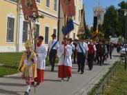 Roggenburg: Hunderte Gläubige ziehen durch Roggenburg