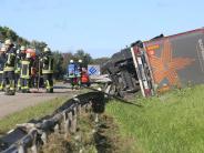 A7: Mit PET-Flaschen beladener Lastwagen kippt auf Autobahn um